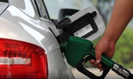 """汽柴油价回归""""5元时代"""" 加满一箱油省五块钱"""