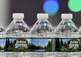 """雀巢公司在美国正遭到起诉:消费者说它只是""""普通的地下水"""""""